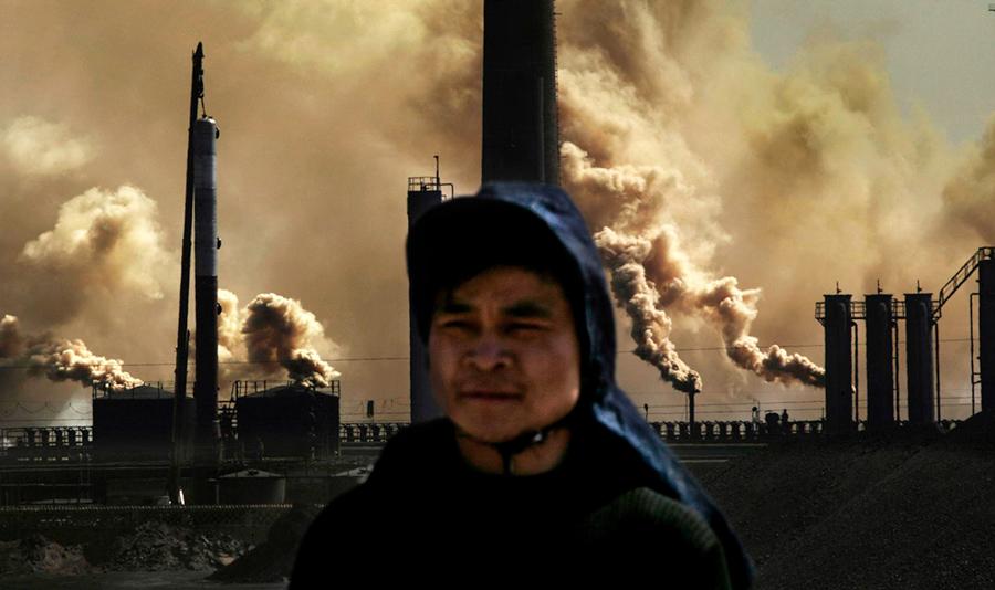 Trabajador en el Parque Industrial Hainan, en Wuhai, Mongolia Interior. © Lu Guang