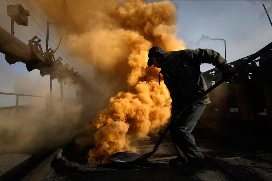 Trabajador en el Parque Industrial Shizhuishan, Ningxia, 2008 © Lu Guang
