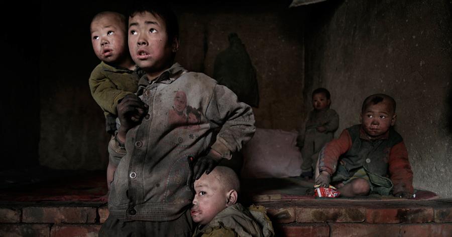 Una familia de cinco niños emigrados en 2005 de la Región Autónoma Ningxia Hui a Mongolia Interior para buscar trabajo. © Lu Guang