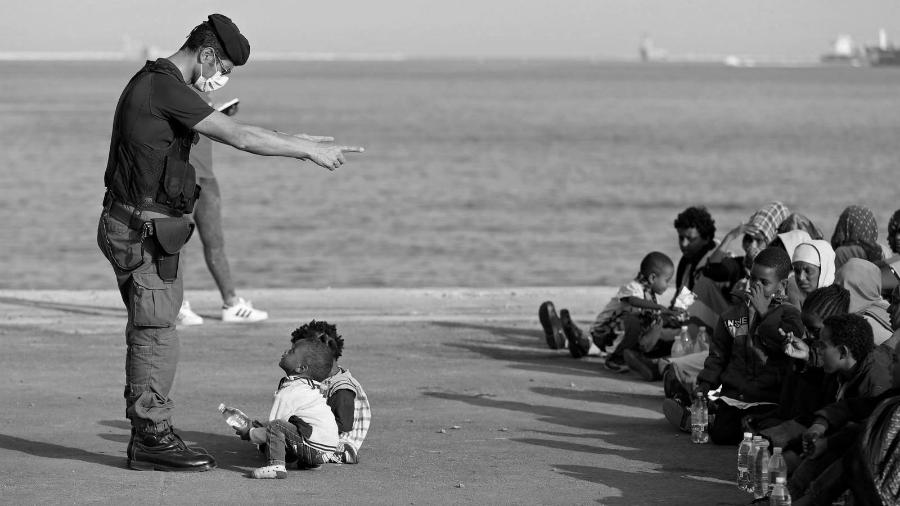 Italia niños inmigrantes policia la-tinta