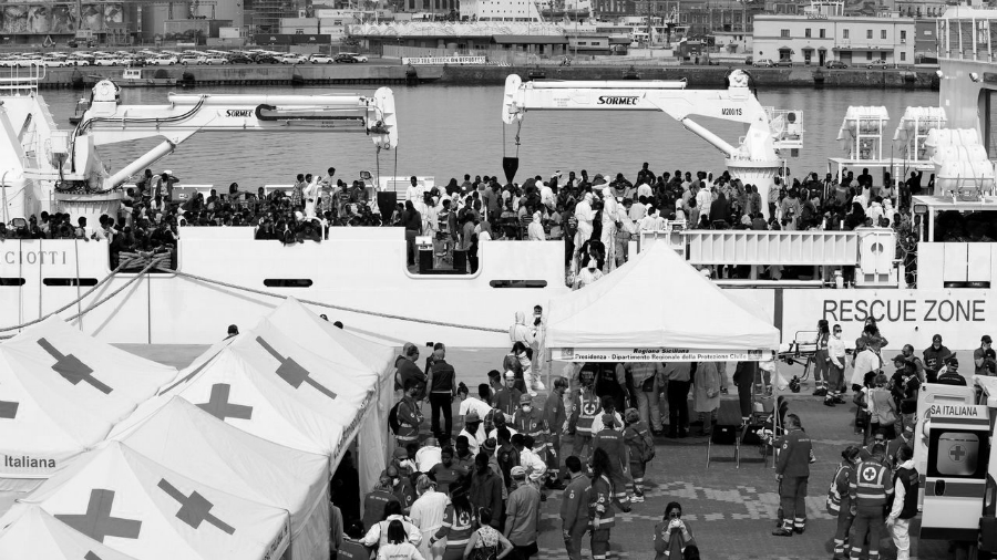 Italia puerto inmigrantes la-tinta
