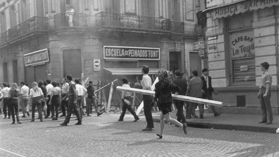 chica-Carlos-Saldi-mujer-poste-rosario-barricada-cordobazo