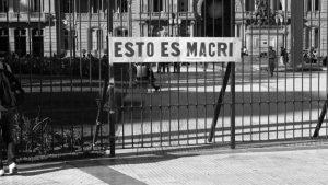 Un artista exhibió su obra realizada con materia fecal en la puerta de la Casa Rosada