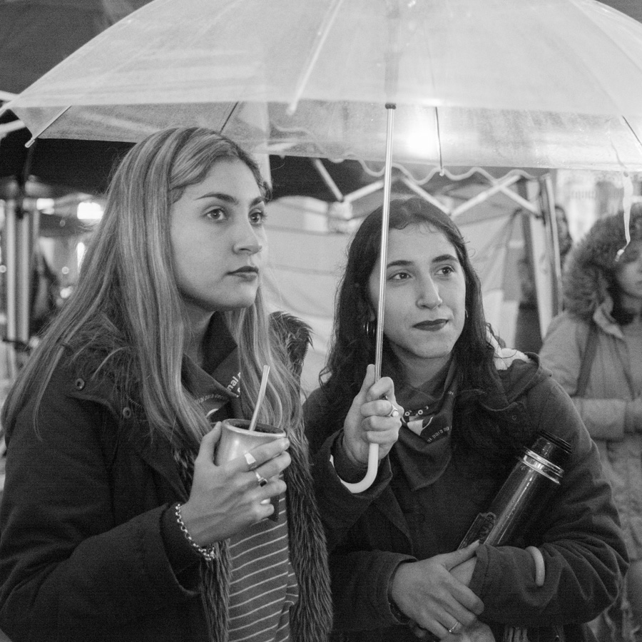 Aborto-amigas-lluvia-mujeres-mate-feminismo-compañeras-colectivo-manifiesto