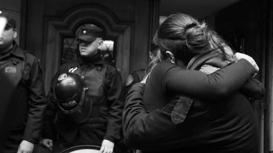 Mariana-Gomez-beso-lesbianas-tortas-Mayra-LLopis-Montaña-02-policia