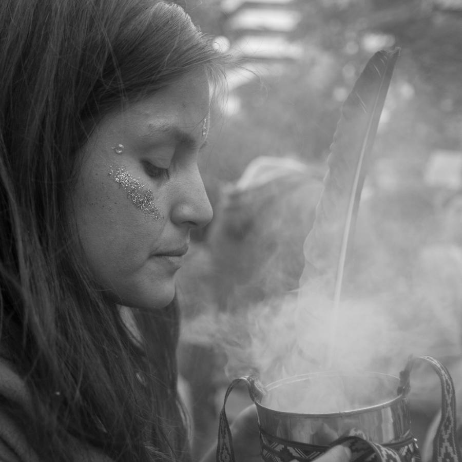 Mujer-humo-paro-feminismo-8M-Colectivo-Manifiesto