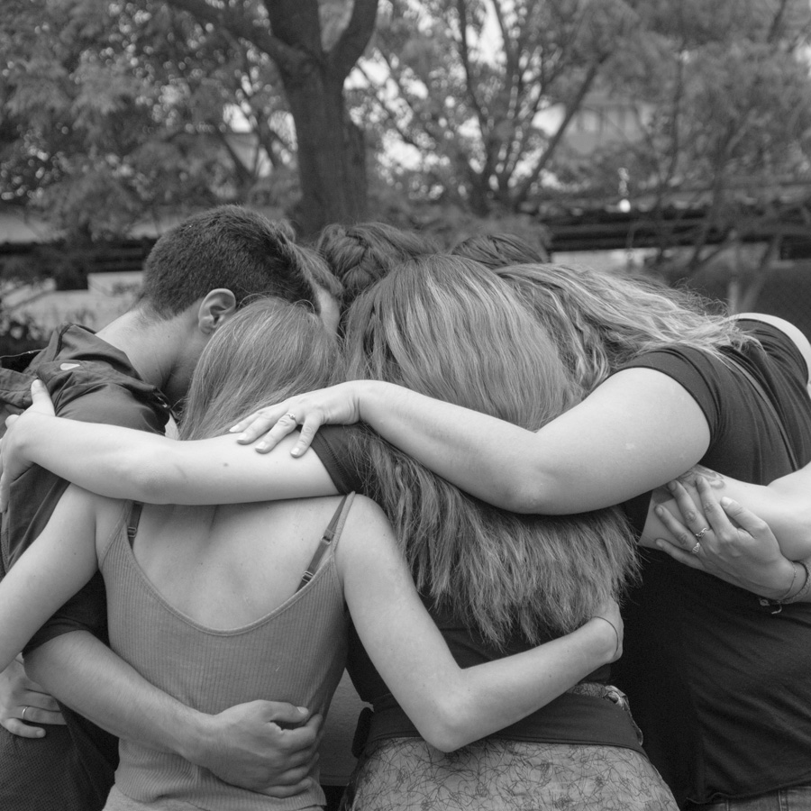 Abrazo-jovenes-mujeres-feminismo-colectivo-manifiesto