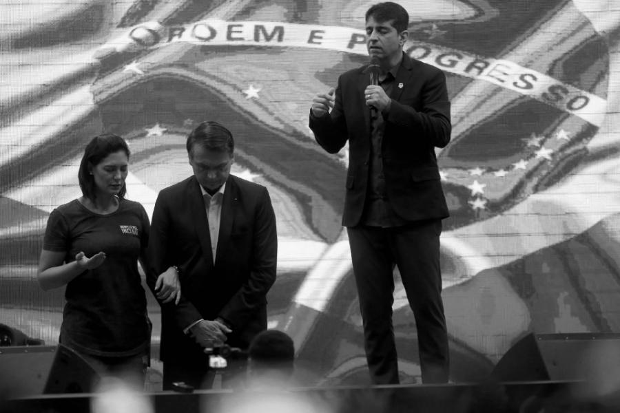 Brasil Bolsonaro con evangelistas la-tinta