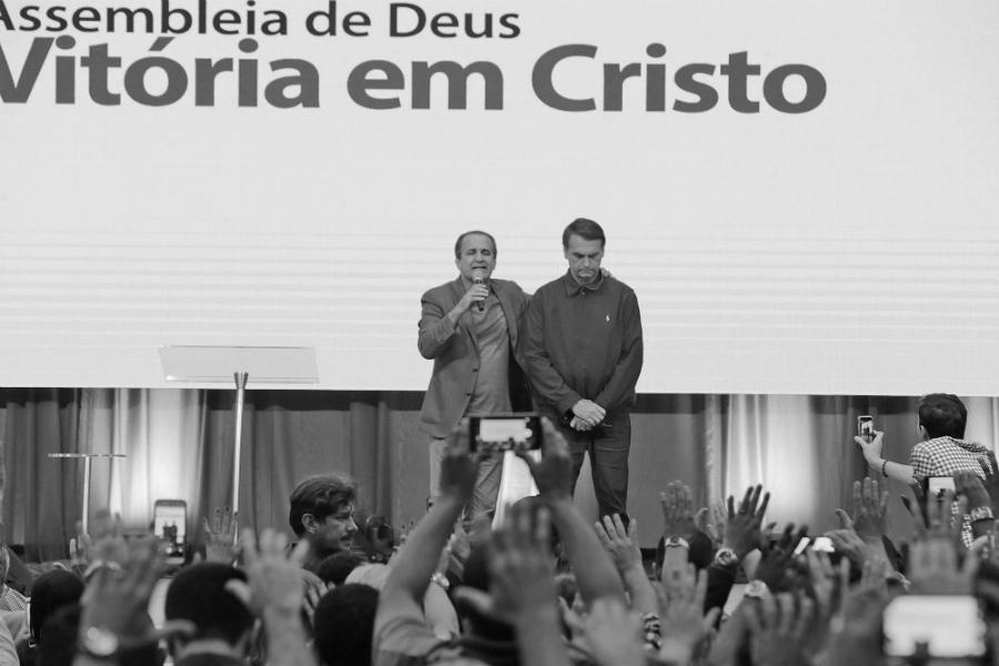 Brasil presidente Bolsonaro con evangelistas la-tinta