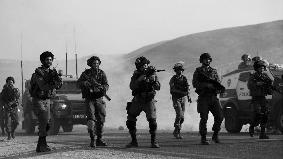 Israel soldados disparando la-tinta