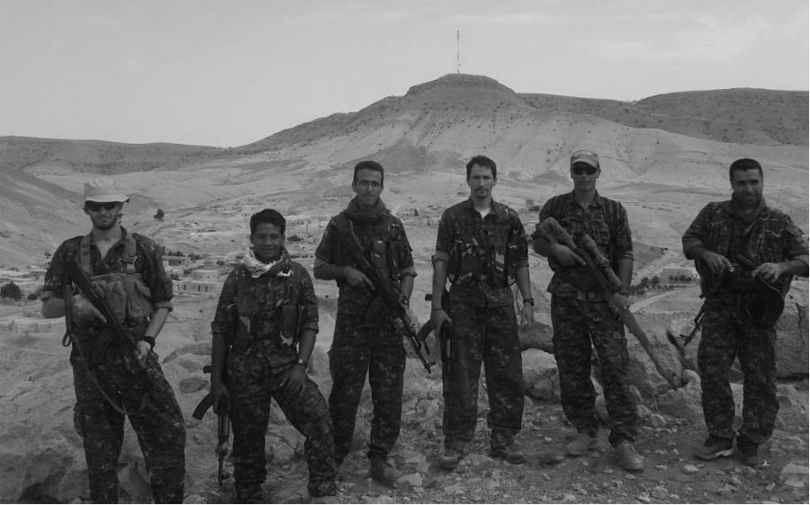 Rojava Arges Artiaga junto a comabtientes extranjeros la-tinta