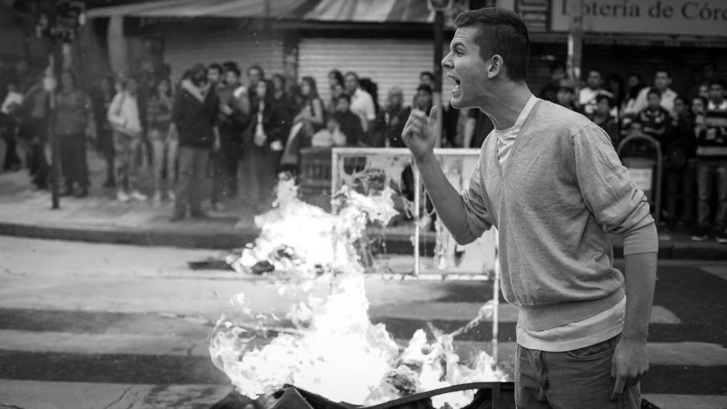 Violencia-grito-discusion-calle-fuego-ley-ambiente-colectivo-manifiesto