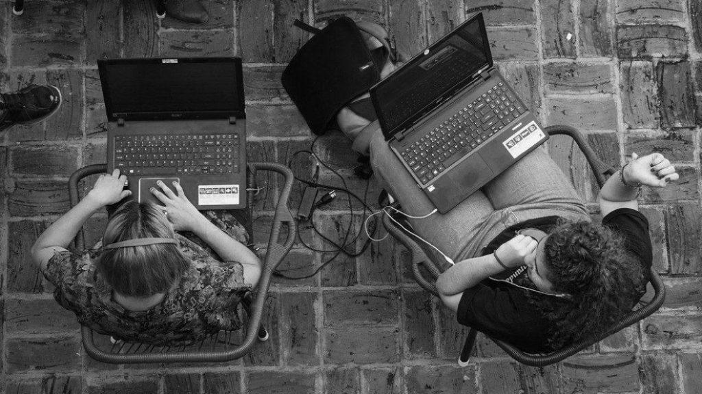 mujeres-computadoras-redes-sociales-internet