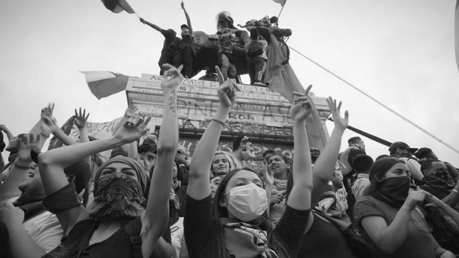 Chile jovenes protestando la-tinta
