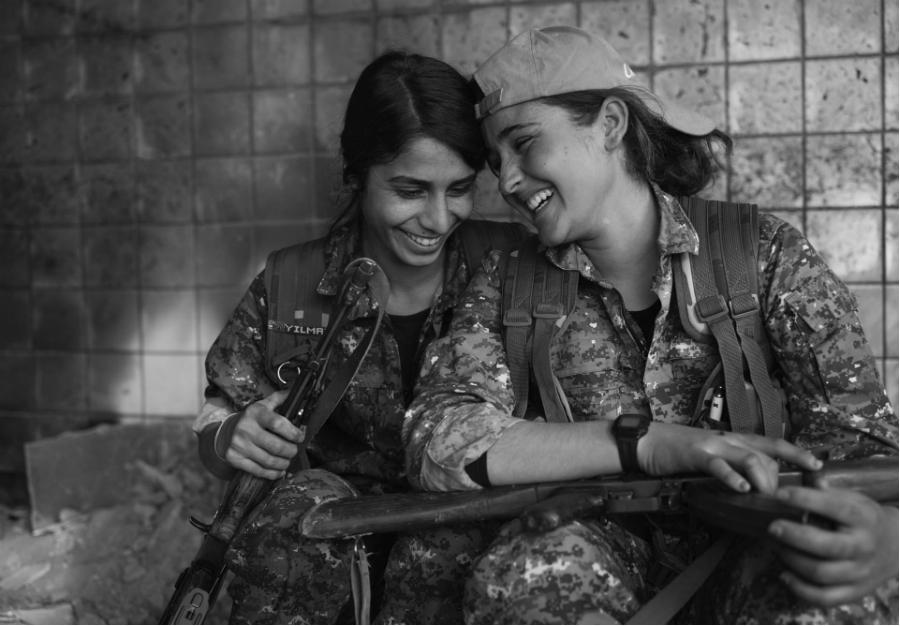 Kurdistan Combatientes yezidies de las YJE la-tinta