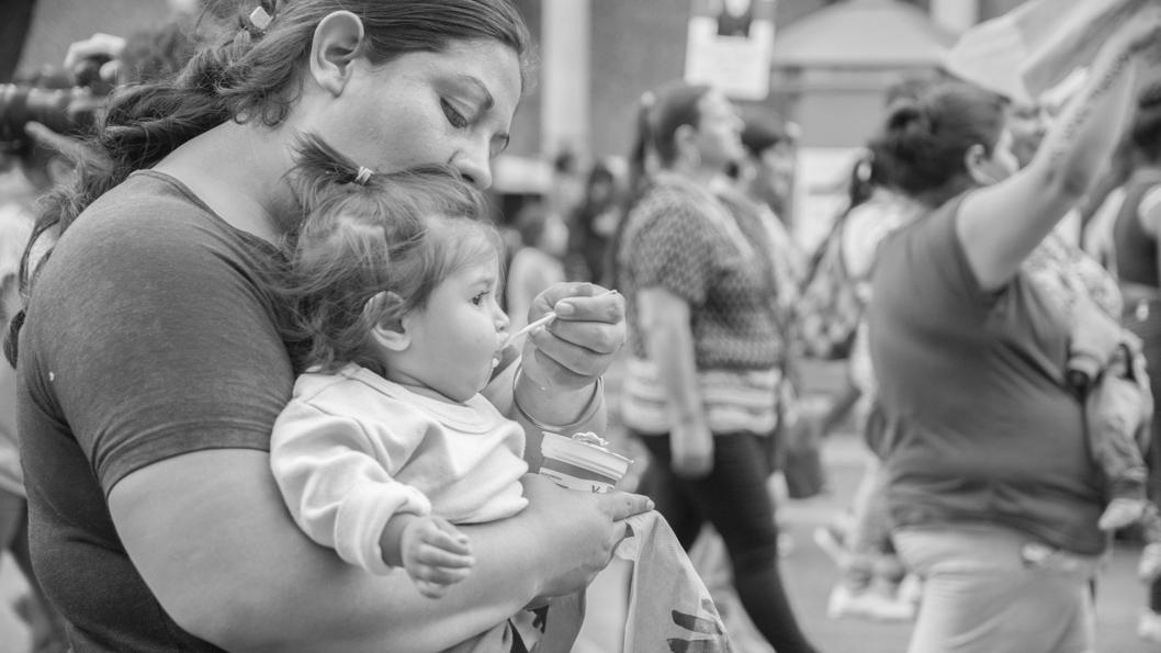 mujer-madre-nena-maternidad-cuidado-la-tinta
