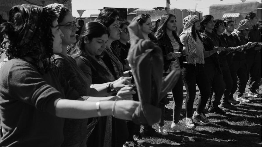 Kurdistan mujeres baile tradicional la-tinta