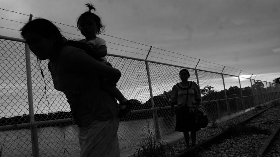 Mexico mujeres cruzando la frontera la-tinta