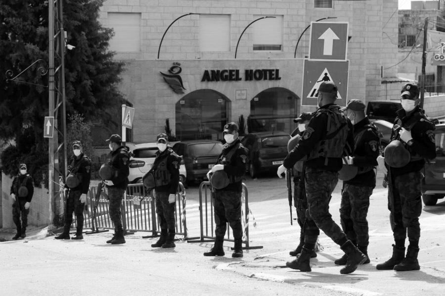 Palestina policia coronavirus cuarentena la-tinta