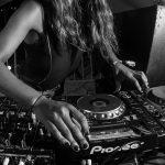 Cabinas desiguales: disparidad de género en la movida electrónica de Córdoba