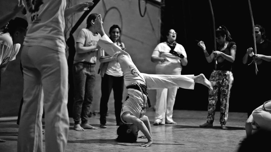 mulherada-tem-axe-capoeira-feminista-3