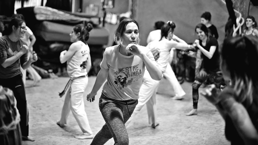 mulherada-tem-axe-capoeira-feminista-4
