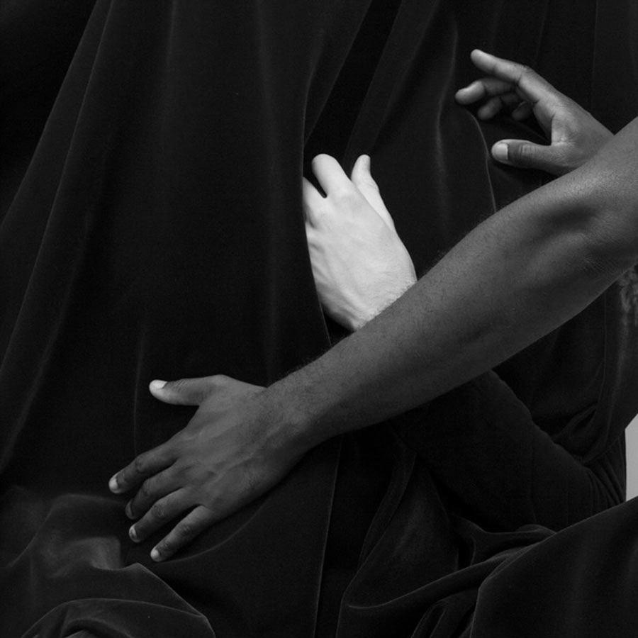 Paul-Mpagi-Sepuya-manos-cuerpo-desnudo