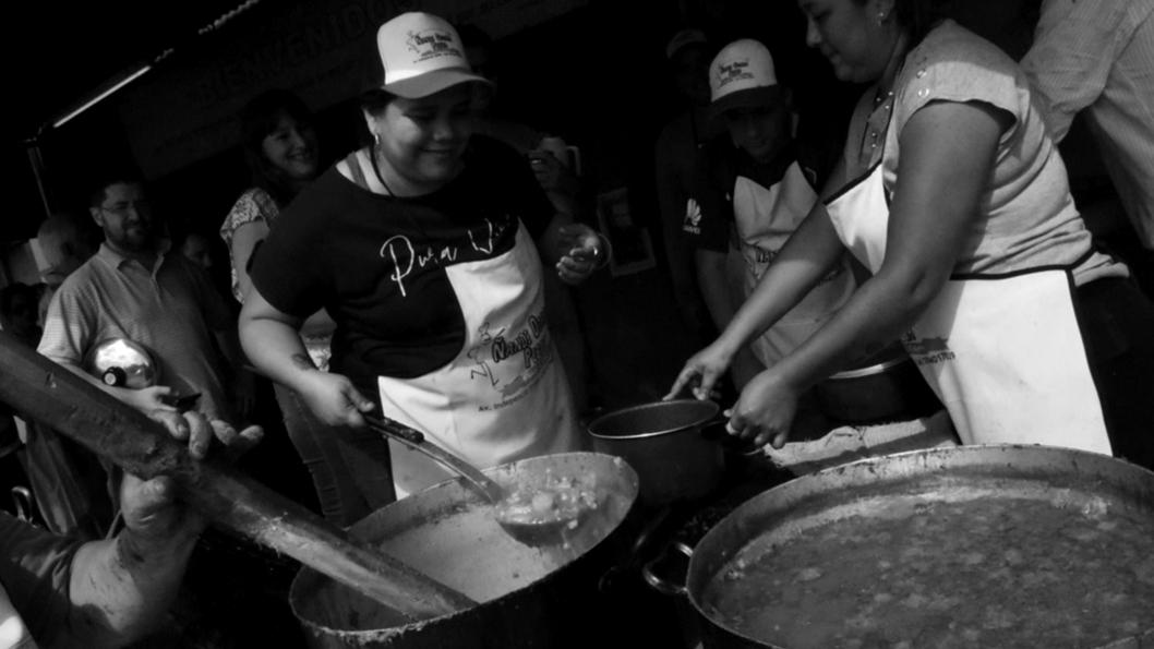 locro-olla-mujeres-cocinar-comida