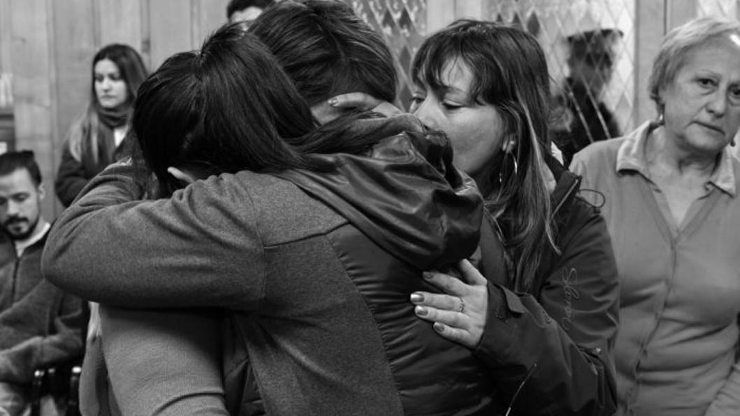 abrazo-familia-Bonefoi-Cárdenas-Carrasco-Bariloche-asesinato-policial
