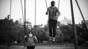 Trabajo precario, fiesta clandestina y escuela: miradas adultas sobre lxs jóvenes en pandemia