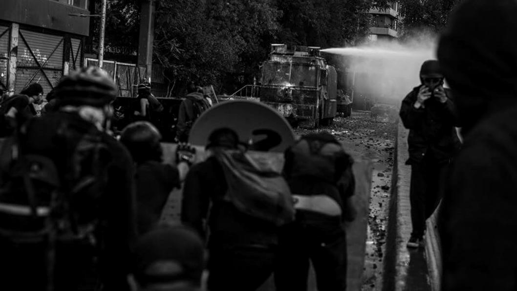 nicole-kramm-chile-protesta-policia-represion-pacos-primera-linea
