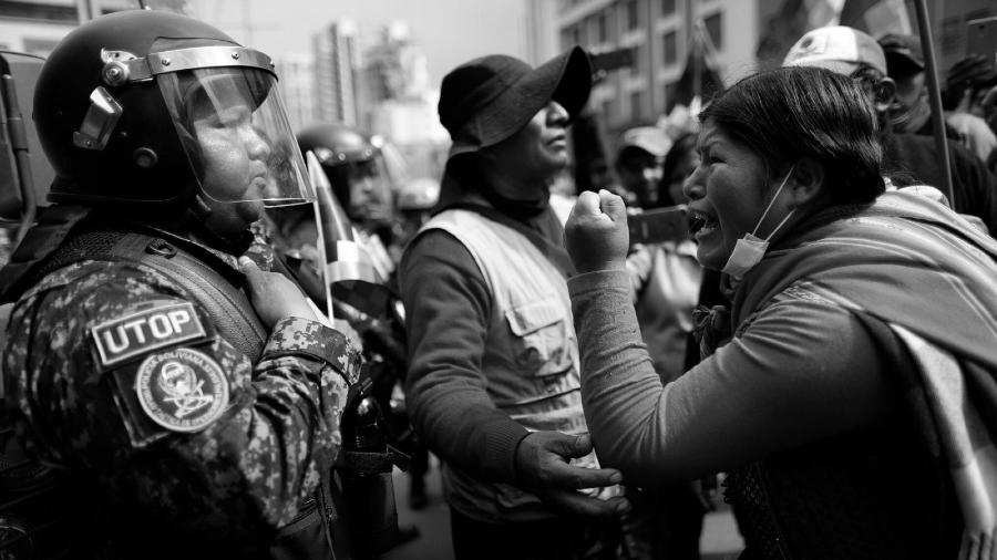 Bolivia mujer protesta contra policia la-tinta