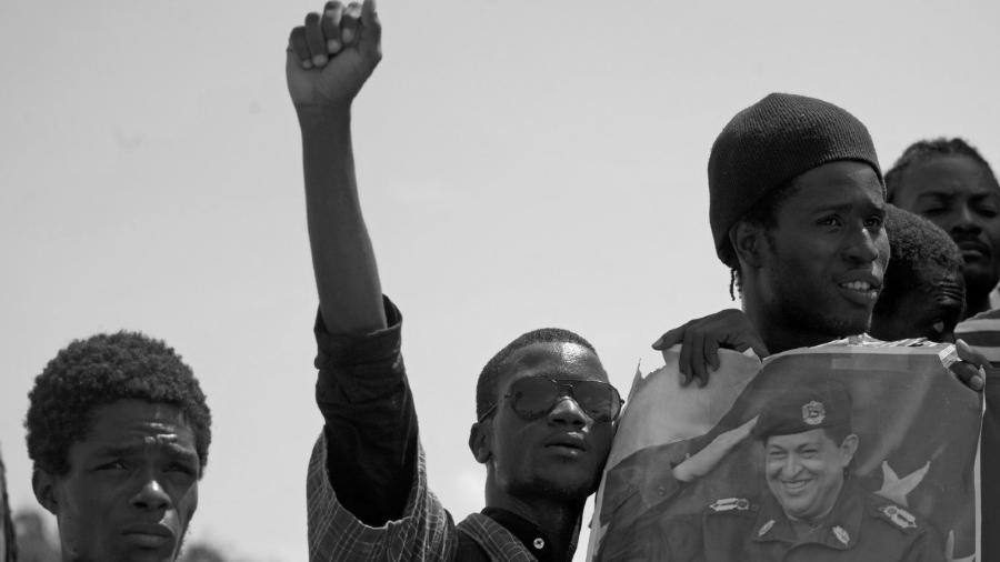 Haiti jovenes reciben a Hugo Chavez la-tinta