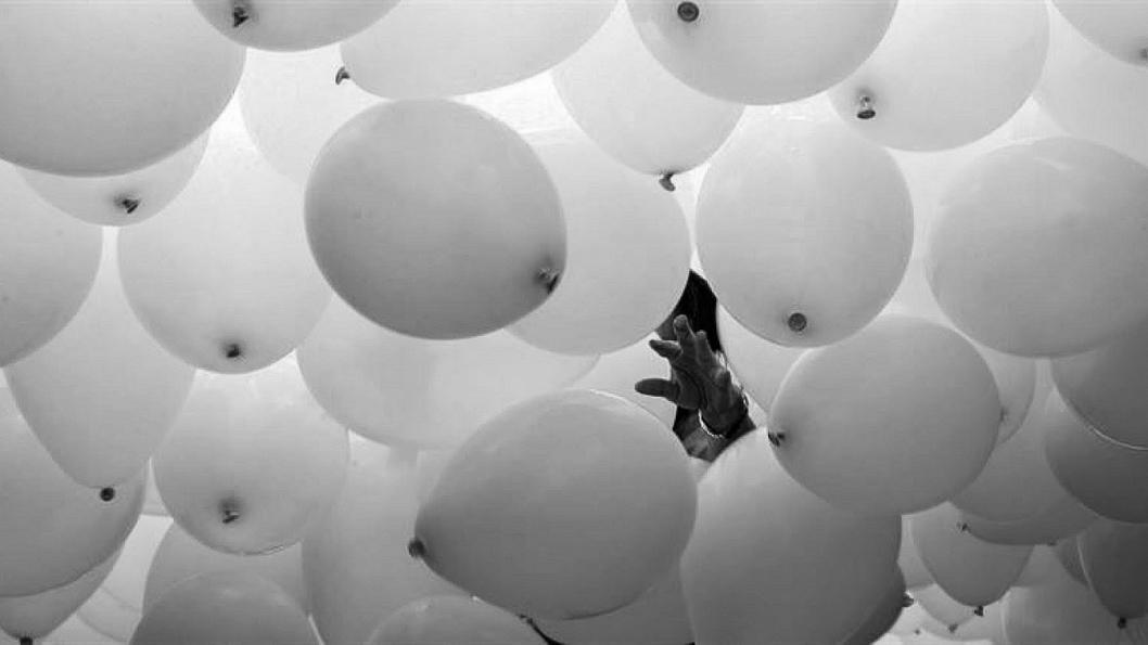 globos-mano-política
