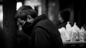 ¿Por qué no bajan los contagios en Argentina?: la negación de la negación