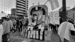 Escracharon el monumento a Agustín Tosco en la marcha opositora y anticuarentena del #17A
