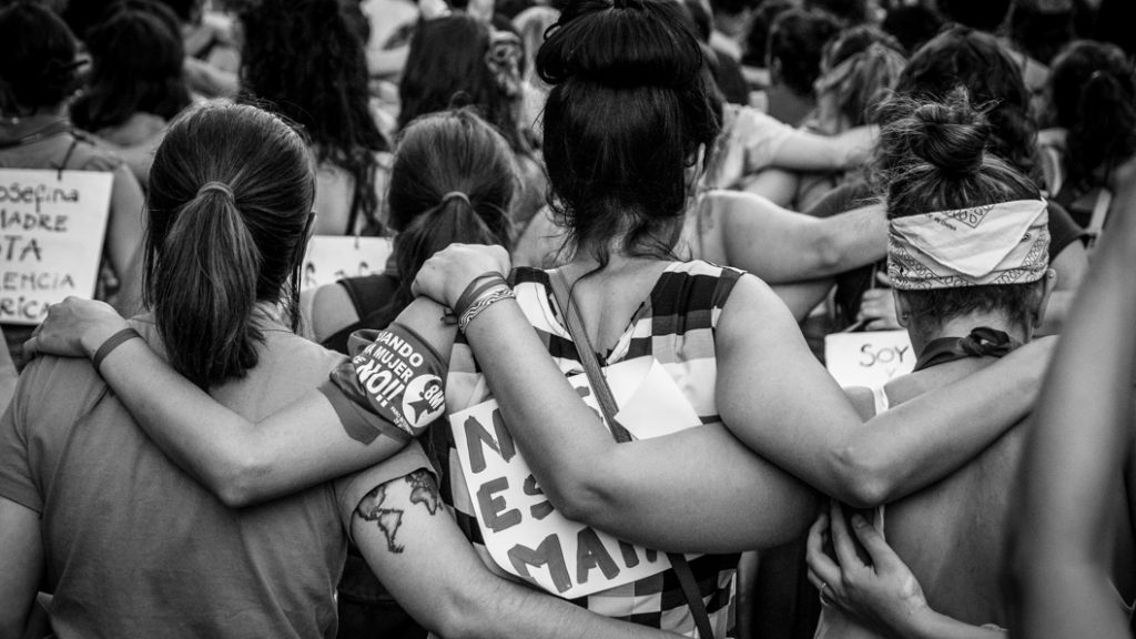 abrazo-mujeres-marcha-8M-Paro-Mujeres-abrazo-feminismo
