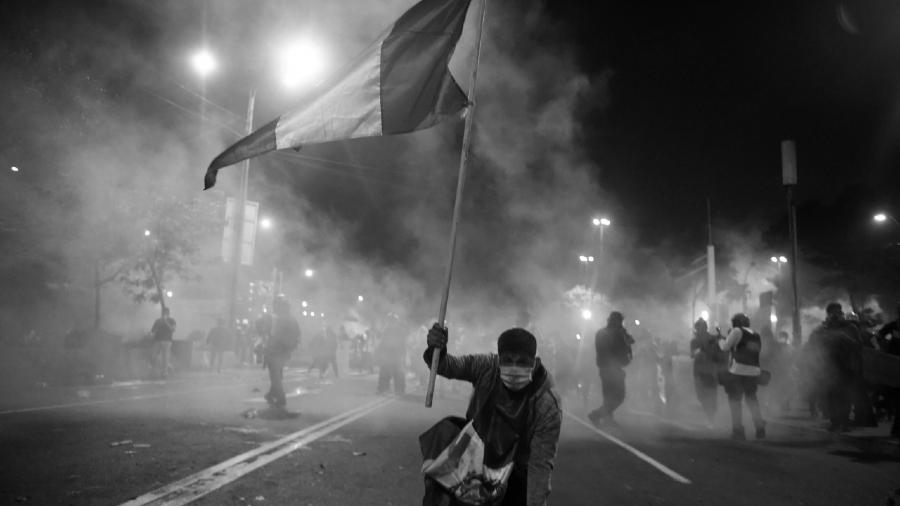 Peru manifestantes contra la policia la-tinta