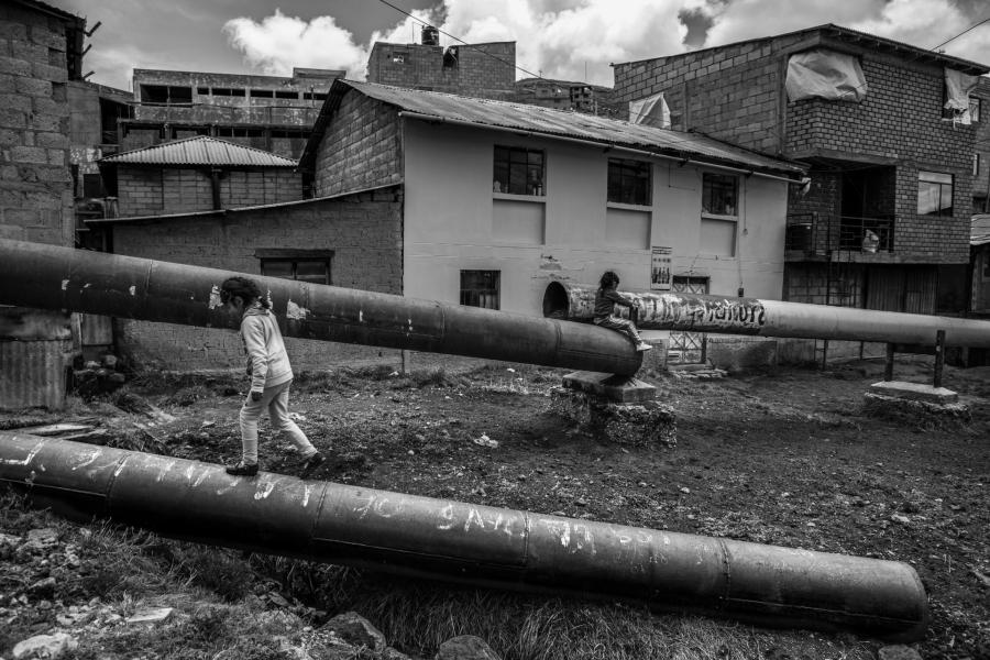 Peru Cerro Pasco niñas jugando contaminacion la-tinta