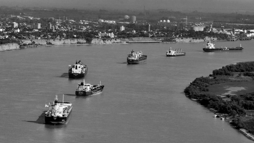 barcos-puerto-rosario-hidrovía-paraná-paraguay