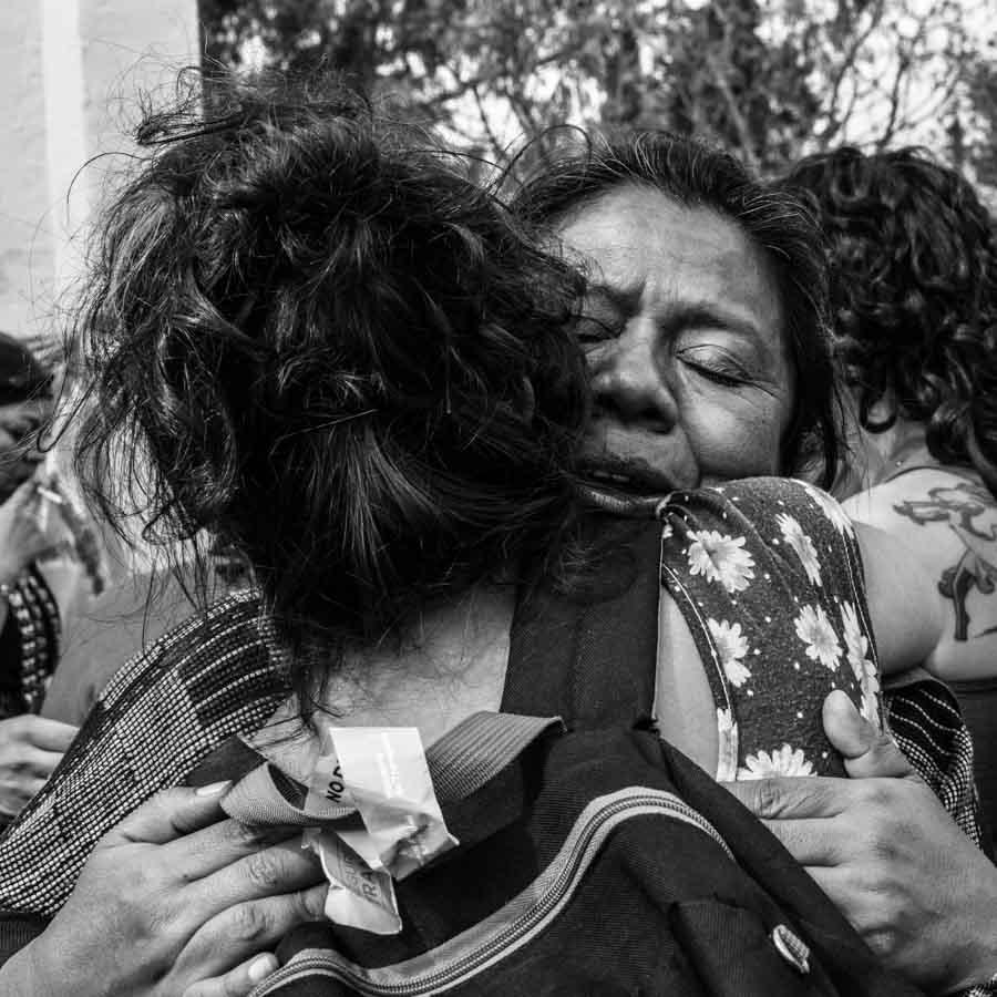 Abrazo-mujeres-feminismo-emocion-Eloisa-Molina