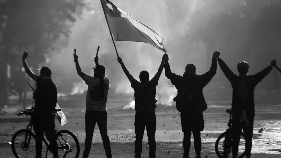 Chile bandera en movilizacion la-tinta