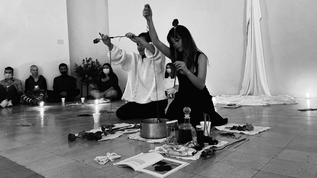 Constanza-Ruibal-Constanza-Pellicci-celebración-ceremonia-performática-Las orejas no tienen párpados-ritual-Conspiración-5