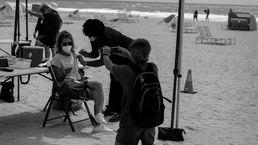 Estados Unidos vacunacion de turistas en playas la-tinta