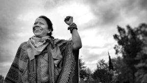 Mujer aguerrida que lucha por la defensa de la tierra