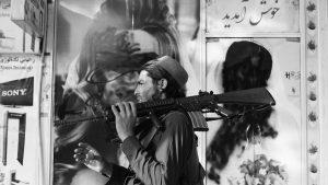 Talibanes marcan con pintura las casas de mujeres activistas