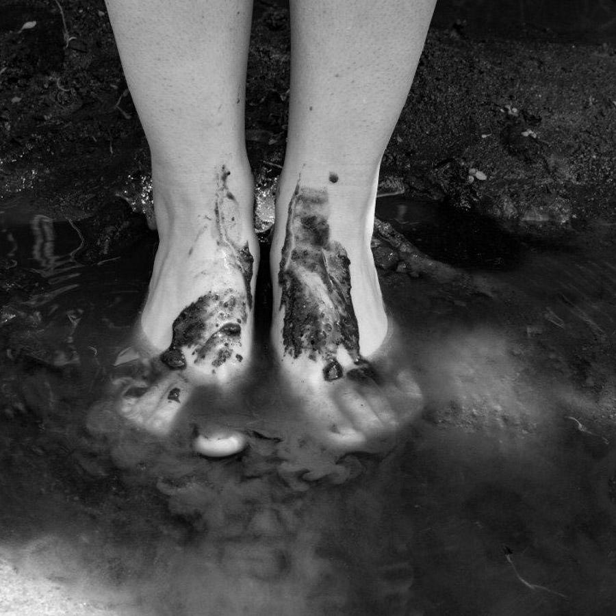 pies-tierra-río